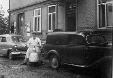3 Genarationen-Bild.. der Name vom Vater steht noch dran und der Sohn Werner sitzt davor auf seinem Goggo Roller.